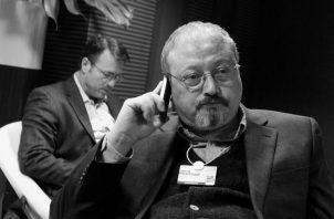 Jamal Khashoggi hablando por teléfono en el Foro de Davos (En enero), en Suiza  Foto: AP.
