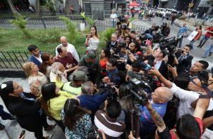 Diputados venezolanos y trabajadores de medios de comunicación se dirigen a la entrada del Palacio Federal Legislativo. FOTO/EFE
