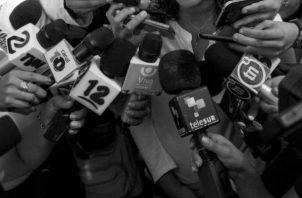 Para cumplir con su trabajo el periodista debe adquirir con su propio dinero, el equipo de trabajo. Foto EFE.