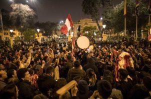 La población respalda la medida adoptada por el presidente Martín Vizcarra. FOTO/AP