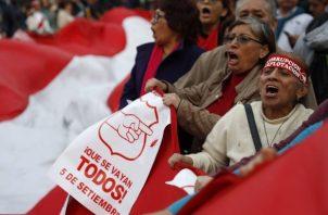Sindicatos laborales, organizaciones universitarias, grupos feministas y colectivos civiles participan en una marcha este jueves en respaldo a la propuesta del presidente peruano, Martín Vizcarra, del adelanto de las elecciones generales al 2020, en Lima (Perú). FOTO/EFE