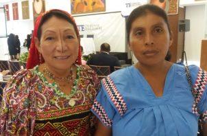 La diputada electa Petita Ayarza (izq.) junto a la diputada suplente Edilma Carpintero, de la Comarca Ngäbe-Buglé, en el acto de la entrega de credenciales. Foto Adiel Bonilla