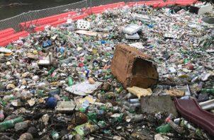 El sistema flotante de Marea Verde retiene toneladas de basura sobre el río Matías Hernández.  Foto de Elisinio González G.