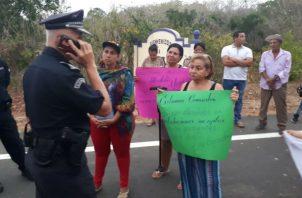 Los moradores salieron a la calle, pancarta en mano. Foto: Thays Domínguez.