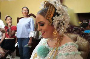 El arreglo de la nueva esposa estuvo a cargo de Wilfredo Moreno, un joven oriundo de Monagrillo, experto en el atavío del traje típico.