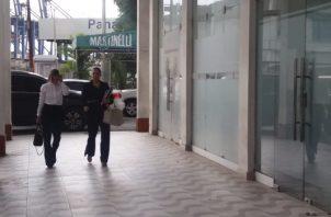 Gabriela Miró, abogada de la arquitecta, Ariana Lima Young, esposa del exalcalde, a su llegada a la audiencia en el SPA de Colón. Foto/Diómedes Sánchez