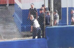 El subteniente Sergio Cochez con más de 20 años de servicio en la institución se tomó las instalaciones de la armería con el fin de dar a conocer los presuntos abusos de que son objeto por los altos mandos.