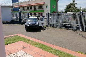 Los agentes policiales fueron al centro escolar para corroborar que la estudiante había asistido. Foto/Eric Montenegro
