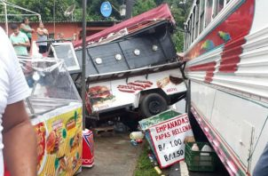 Parte de la estructura, donde iba a vender hot dog, le cayó encima al comerciante en Portobelo.