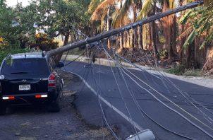 En el sector de la calle quinta final de Santiago, se evidencian daños cuantiosos al tendido eléctrico y a  los vehículos. Foto/Melquiades Vásquez