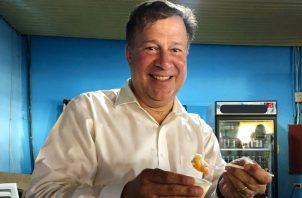 Juan Carlos Varela comió ceviche de camarón en su visita a la playa El Agallito.