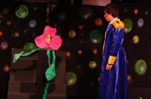Una escena de 'El Principito'.  Juan Cardona en  el papel estelar. Cortesía del Inac.