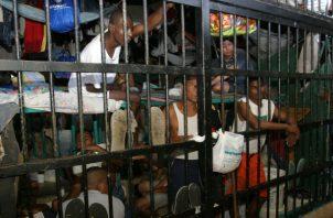 Violador de menores es obligado a maquillarse y a modelar dentro de una celda. Foto: Panamá América.