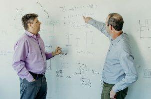 Oren Etzioni y Peter Clark, gerente del proyecto Aristo, en el Instituto Allen en Seattle. Foto/ Kyle Johnson para The New York Times.