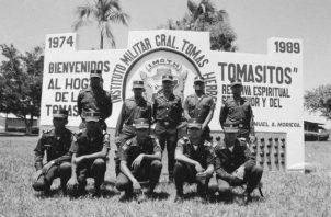 Fotografía de jóvenes de la 12va Promoción, tomada un mes antes de la invasión de tropas estadounidenses al país. Hoy son médicos, pilotos de aviación, ingenieros, electricistas, periodistas, tecnólogos médicos, entre otras profesiones. Foto: Cortesía.