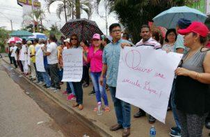 Los docentes protestaron mostrando pancartas. Foto: Eric A. Montenegro.