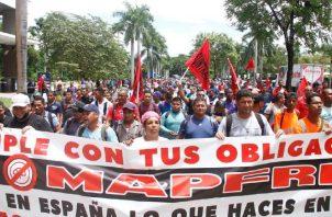Trabajadores afectados protestaron ayer. Foto de cortesía
