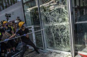 Protestantes atacaron el Consejo Legislativo en Hong Kong. (Lam Yik Fei/The New York Times)