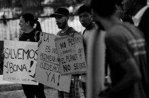 Grupos ambientalistas protestaron este lunes 22 de abril,  en el exterior de la Asamblea Nacional, en contra de la construcción de una terminal petrolera en Isla Boná. Foto: EFE.