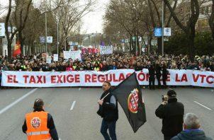 Los taxistas han vuelto hoy a las calles de Madrid para exigir la regularización de los vehículos de alquiler con conductor (VTC).