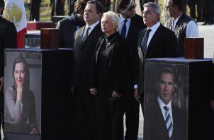 Homenaje a la gobernadora Martha Erika Alonso y a su esposo y senador Rafael Moreno Valle, fallecidos ayer en un accidente aéreo, durante una ceremonia celebrada hoy en Puebla (México). FOTO/EFE