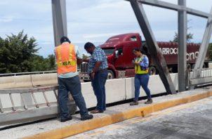 """""""Al puente hay que hacerle reparaciones importantes, y no se puede abrir al tráfico hasta que se realicen los trabajos necesarios"""", indicó Jaramillo. Foto/Thays Domínguez"""