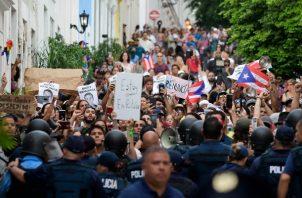 Con esa reacción, desde el pasado viernes se han registrado a diario manifestaciones de protesta frente a La Fortaleza, sede del Ejecutivo de la isla, algunas con incidentes y altercados violentos. FOTO/AP