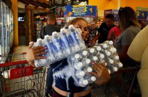 La ciudadanía llega  a los supermercados para comprar agua y otros productos básicos para soportar el posible embate de la tormenta Dorian. FOTO/AP