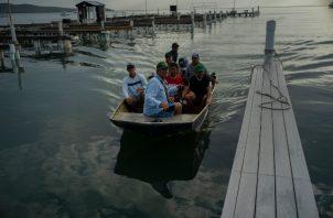 Un grupo de personas saca sus botes de los embarcaderos para ponerse a salvo ante la llegada de Dorian. FOTO/AP