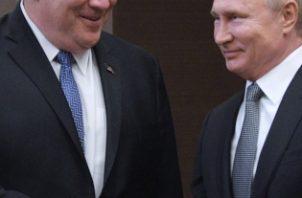 El secretario de Estado de EEUU Mike Pompeo (i) saluda al presidente de Rusia Vladimir Putin este martes en el complejo turístico Mar Negro en Sochi FOTO/EFE