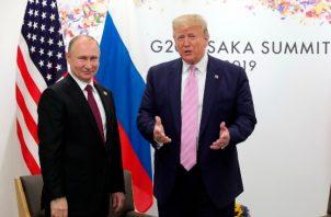 Los líderes intercambiaban breves comentarios este viernes sobre temas que planeaban discutir cuando un reportero preguntó a Trump si advertiría a Putin que no interfiriera en las elecciones de 2020. FOTO/AP