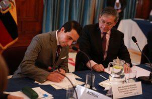 Rene de Sola, embajador de Juan Guaidó en Ecuador, mientras firma la declaración del III Encuentro Técnico de Quito junto al viceministro ecuatoriano de Movilidad Humana, Santiago Chávez. FOTO/EFE