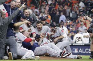 Los jugadores de Boston celebran su clasificación a la Serie Mundial. Foto EFE