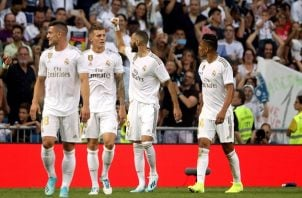 Karim Benzema levanta la mano y festeja su gol. Foto:EFE