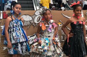 Los estudiantes expusieron artesanías hechas incluso vestidos, con material reciclado. Foto: Diómedes Sánchez S.