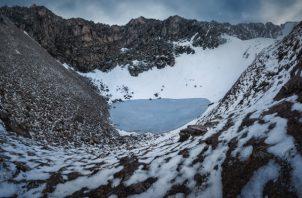 Se creía que los esqueletos del lago Roopkund se debían a un suceso masivo, pero un nuevo estudio refuta esa idea. (Atish Waghwase)