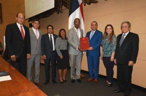 Presidente de la Asamblea, Marcos Castillero recibe las propuestas de reformas a la Constitución Nacional.