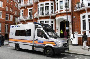 """Tras conocerse el apresamiento del activista, a la embajada de Ecuador se acercó un grupo de simpatizantes de Assange, portando pancartas en las que se leía: """"Liberad a Julian""""."""