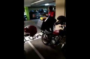 El repartidor y la persona que grabó el vídeo, fueron despedidos.