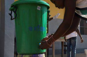 Una mujer se lava las manos para evitar enfermar con ébola en Mbandaka, al norte de la República Democrática del Congo. EFE