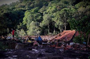 Bomberos participan este domingo en las labores de búsqueda y rescate de las víctimas de la rotura de represa de la compañía Vale, en Brumadinho, municipio de Minas Gerais (Brasil). FOTO/EFE