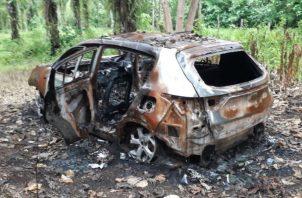 Dentro del auto permanecía el cuerpo calcinado de una persona. Foto: Mayra Madrid.