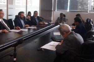 Representantes de la Concertación Nacional explican a la Comisión de Gobierno el proyecto de reformas constitucionales. Foto Adiel Bonilla
