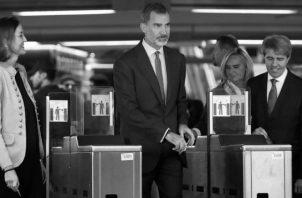 El Rey, la ministra de Industria Reyes Maroto, y el presidente de la Comunidad de Madrid Ángel Garrido, acceden al Metro en la estación de Sol. Foto: EFE