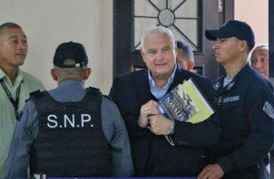 La policía montó en la madrugada del viernes, el operativo Sábanas para sacar a Ricardo Martinelli del Hospital Nacional donde se iba a realizar una prueba médica. /Foto Archivo