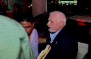 Momento en que el expresidente era ingresado a urgencias del Hospital Santo Tomás, tras presentar otro cuadro de crisis de hipertensión, durante la audiencia de ayer. Foto/Internet