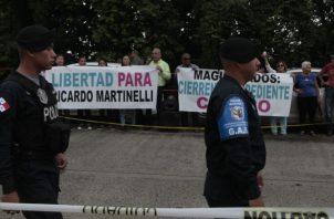 Simpatizantes de Ricardo Martinelli lo apoyaron ayer en los predios de la Corte Suprema de Justicia. Víctor Arosemena