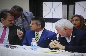 La defensa de Ricardo Martinelli mantiene su plan inicial de presentar amparos contra las decisiones del juez de garantías, referentes a las pruebas que les fueron rechazadas. Víctor Arosemena