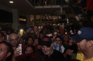 Ricardo Martinelli fue ovacionado por miles de personas en Los Andes Mall y Albrook Mall, luego de su absolución unánime la noche del viernes.