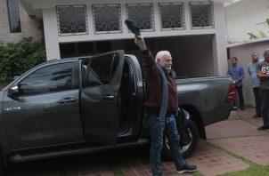 Ricardo Martinelli saluda a los periodistas que lo esperaban en la entrada de su residencia. Foto Víctor Arosemena